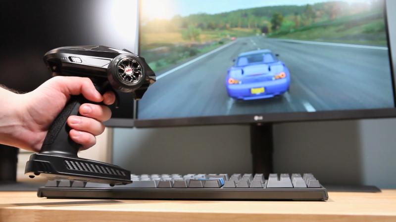 Radio-ohjattavan auton ohjain muunnettuna Forza Horizon -videopeliohjaimeksi