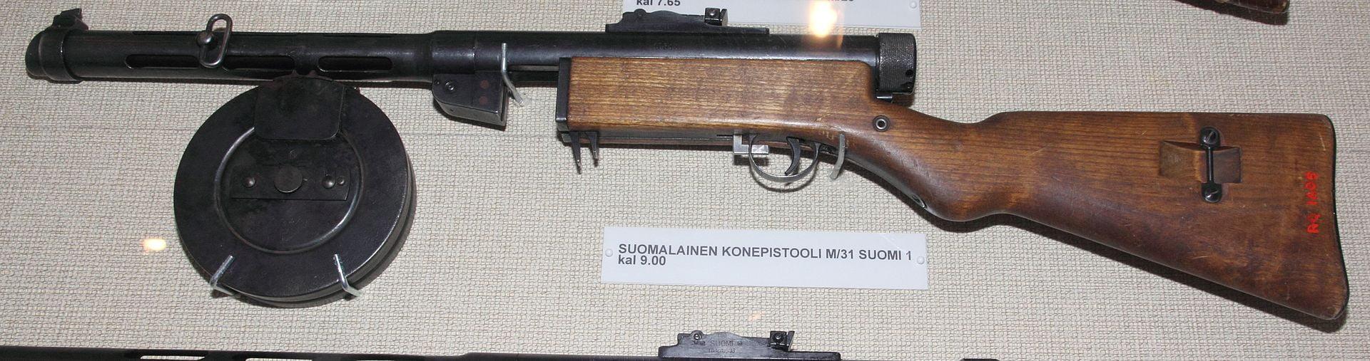 Suomi-konepistooli Imatran rajamuseossa.